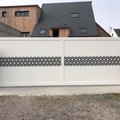 portail-motorisé-motif-blanc-menuistore